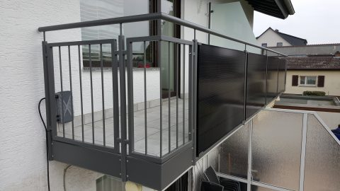 Balkongeländer, Pulverbeschichtet mit Solarpanelen