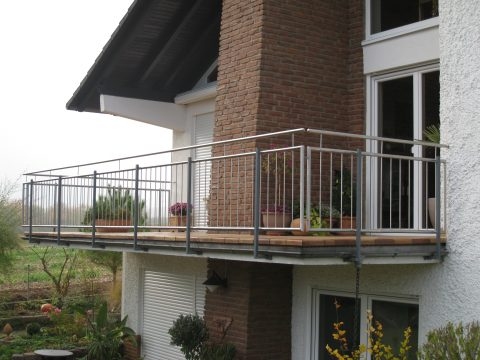 Balkongeländerfüllung in Edelstahl an vorhandene alte Geländerpfosten montiert