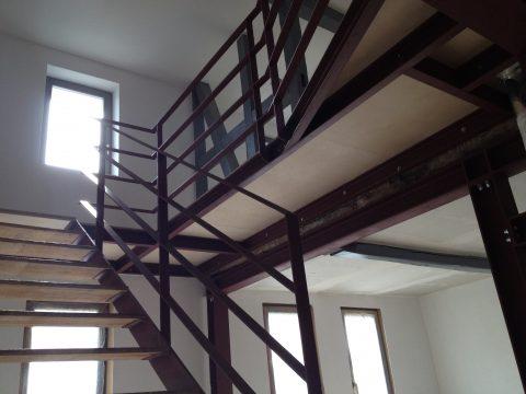 Brüstungsgeländer in Flachstahl & Galerie in Stahlkonstruktion