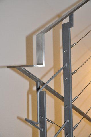 Treppengeländer mit Seilfüllung & Flachstahlhandlauf