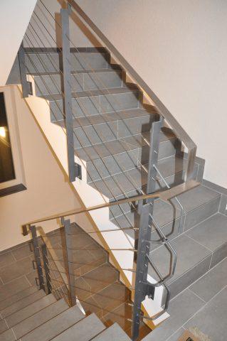 Treppengeländer mit Seilfüllung & Flachstahlhandlauf in Edelstahl