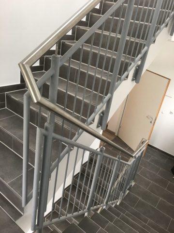 Treppengeländer, grundiert mit Edelstahlhandlauf